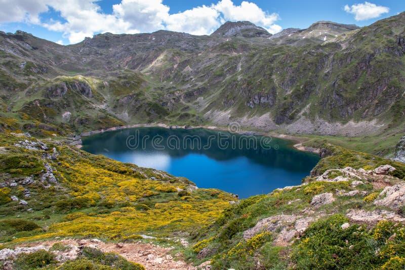 Calabazosa eller svart is- sjö i den Somiedo nationalparken, Spanien, Asturias arkivfoto