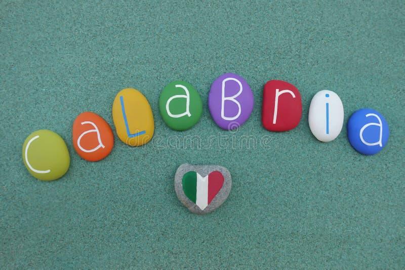 Calabria, włoski region w południe kraj, pamiątka z barwionymi kamieniami nad zielonym piaskiem ilustracji