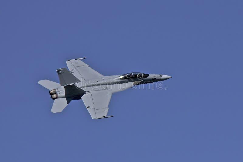 Calabrone eccellente del blu marino F-18 degli Stati Uniti durante il volo alla settimana del parco fotografia stock libera da diritti