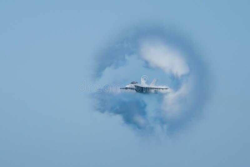 Calabrone eccellente di F/A-18F circondato nel cono del vapore immagine stock libera da diritti