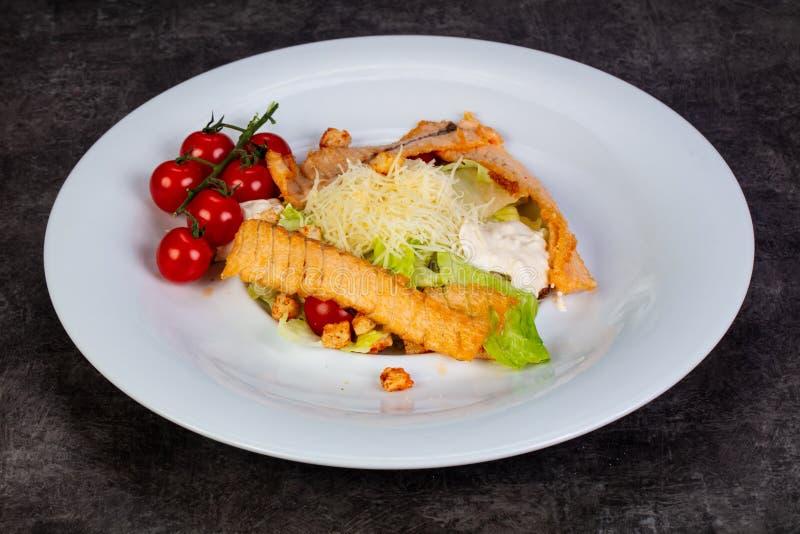 Calad César avec les saumons grillés photo stock