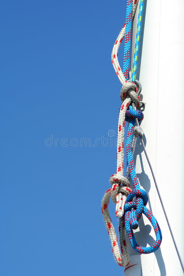 Calage. Ciel bleu et mât blanc. photographie stock libre de droits