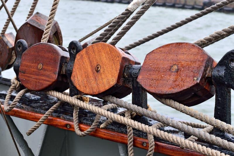 Calage d'un plan rapproché de voilier photo libre de droits