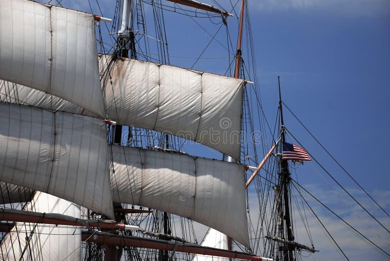 Calage et voiles de bateau de navigation avec l'indicateur photos stock