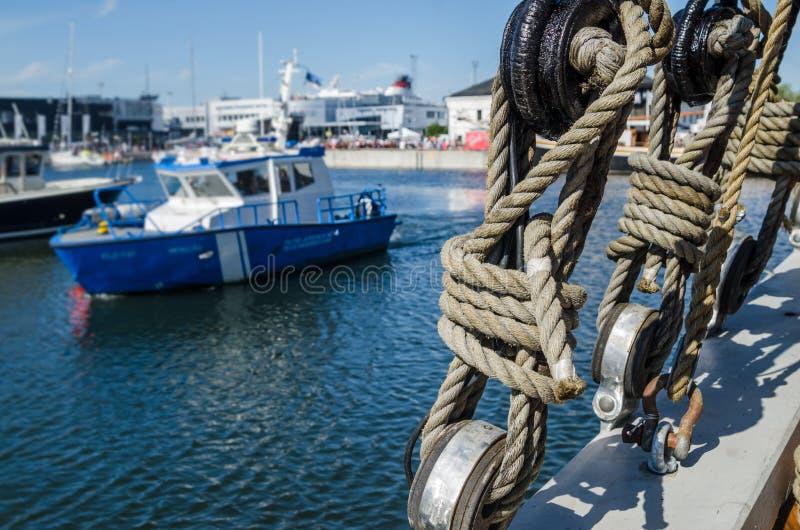 Calage sur la plate-forme d'un vieux bateau de navigation photo stock