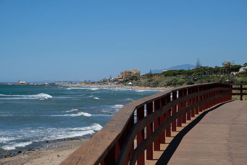CALAHONDA, ANDALUCIA/SPAIN - 7月2日:Calahonda的COS木板走道 图库摄影