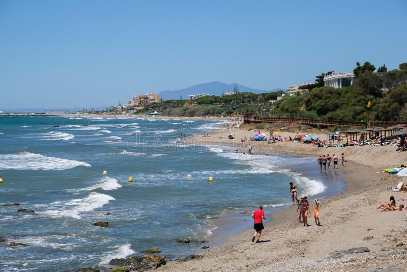 CALAHONDA, ANDALUCIA/SPAIN - 2-ОЕ ИЮЛЯ: Люди наслаждаясь пляжем стоковая фотография rf