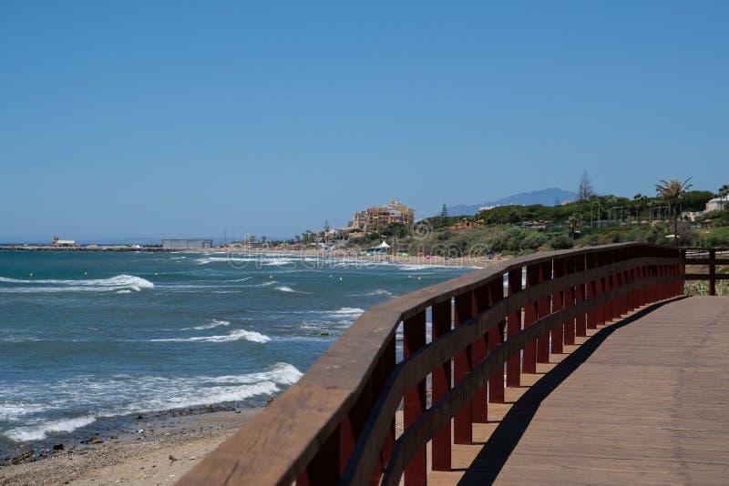 CALAHONDA, ANDALUCIA/SPAIN - 2 DE JULHO: Passeio à beira mar em Calahonda Cos fotografia de stock