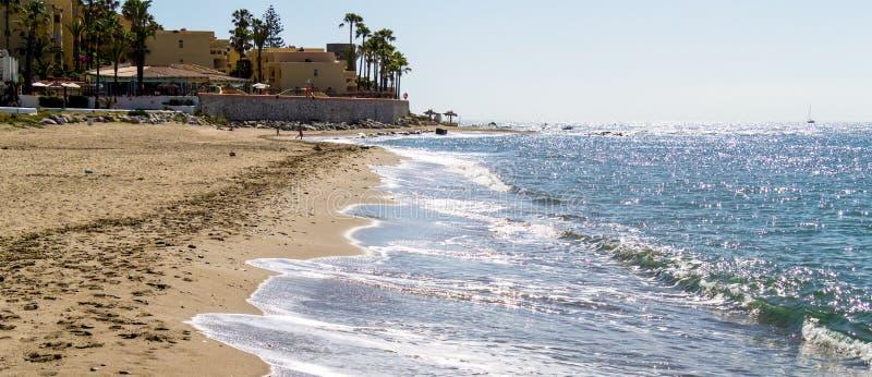 CALAHONDA, ANDALUCIA/SPAIN - 6 DE MAIO: Praia de Dona Lola em Calahond fotos de stock royalty free