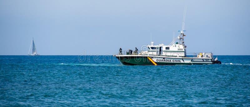 CALAHONDA, ANDALUCIA/SPAIN - 6. MAI: Guardia-Zivilboot unter Verwendung Nes lizenzfreie stockbilder