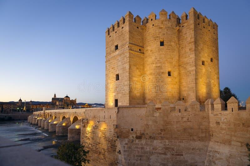 Calahorra-Turm auf Roman Bridge in Cordoba lizenzfreie stockbilder