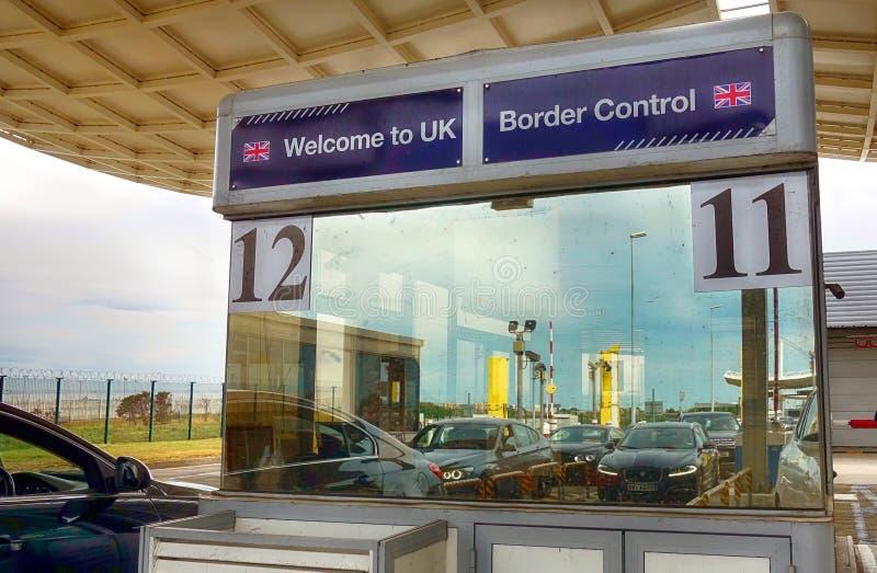 Calais Frankrike - Augusti 12 2018: Bilar reflekterade i fönstret av ett testpunkt för UK-gränskontroll, som de att närma sig Eur royaltyfri bild
