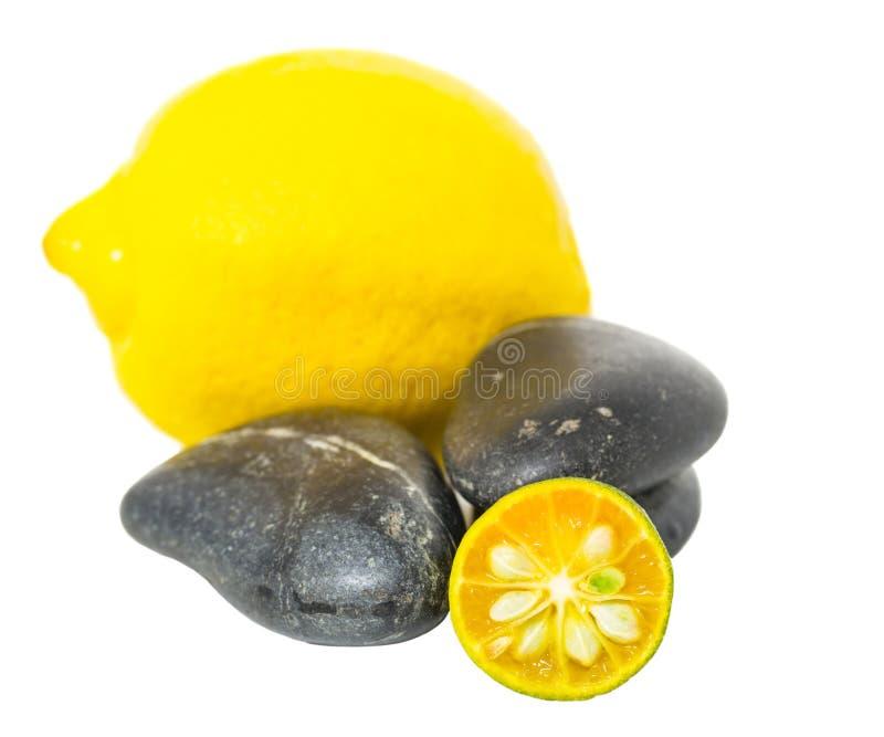 Calamansi, limão e Zen Stones II imagens de stock