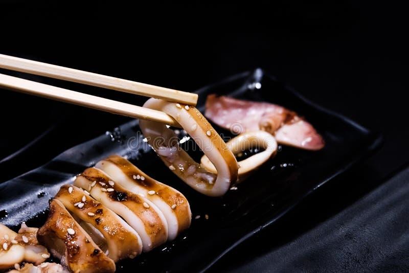 Calamar asado a la parrilla con la comida japonesa de la salsa de soja fotos de archivo libres de regalías