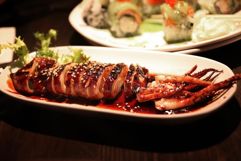Calamar asado a la parrilla tradicional del estilo japonés en salsa del teriyaki imagen de archivo libre de regalías
