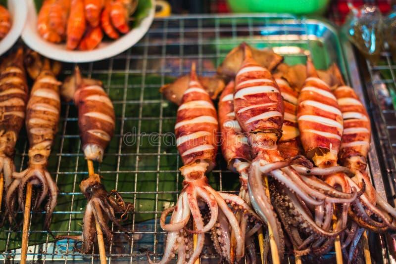 Calamar fresco asado a la parrilla en el mercado fotografía de archivo libre de regalías