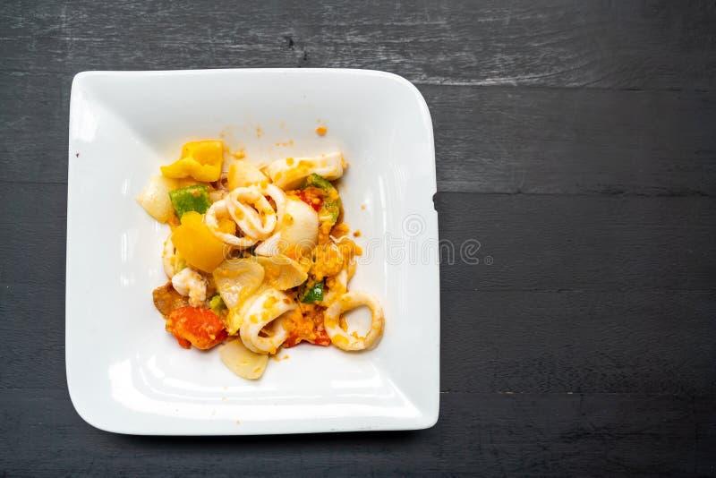 calamar sofrito con los huevos de la sal fotografía de archivo