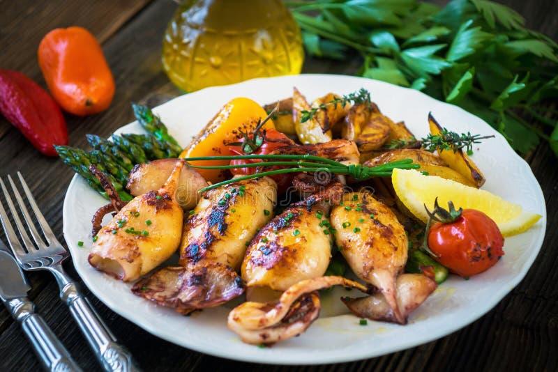 Calamares grelhados com aspargo e batatas foto de stock