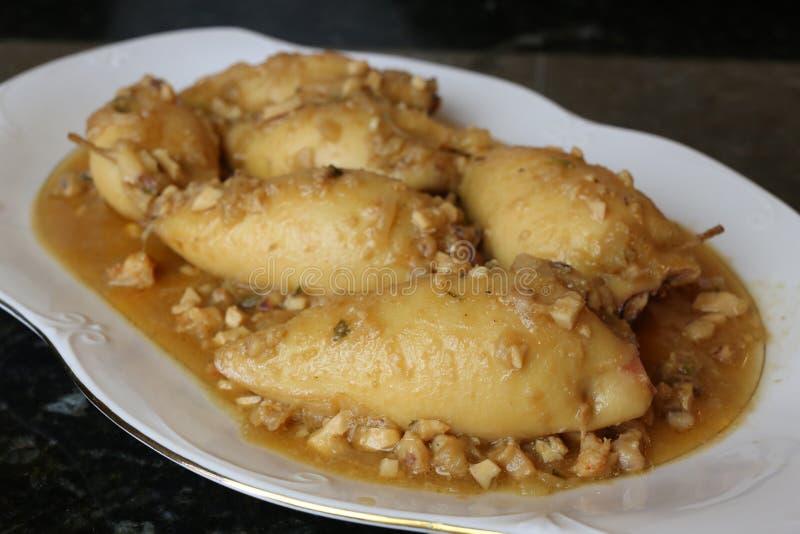 Calamari enchido uma placa do alimento andaluz e espanhol típico e tradicional imagens de stock