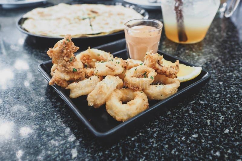 Calamari, frittiertes Ringrezept mit Soße lizenzfreie stockbilder