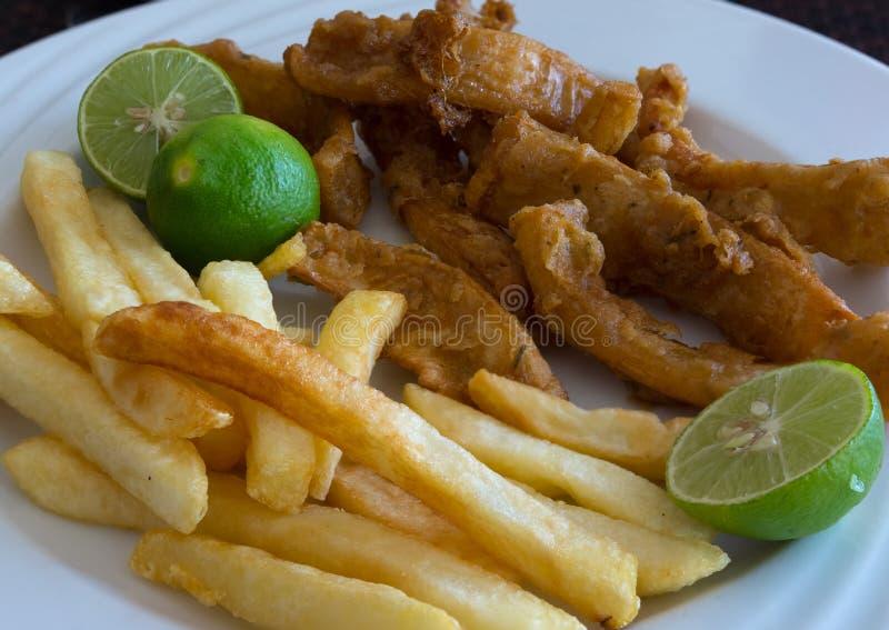 Calamari gebraten und Chips stockfotografie