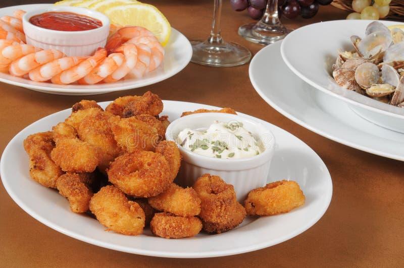 Calamari pané avec de la sauce plus au goût âpre photographie stock