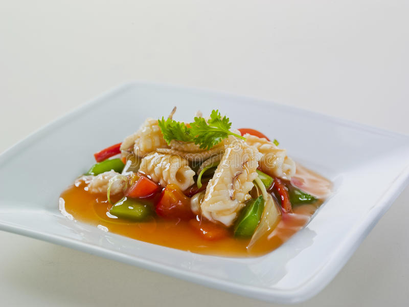Calamari Sauteed picante quente com vegetal foto de stock royalty free