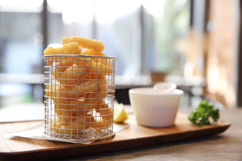 Calamari włoch smażąca kałamarnica na drewnianym talerzu obrazy stock