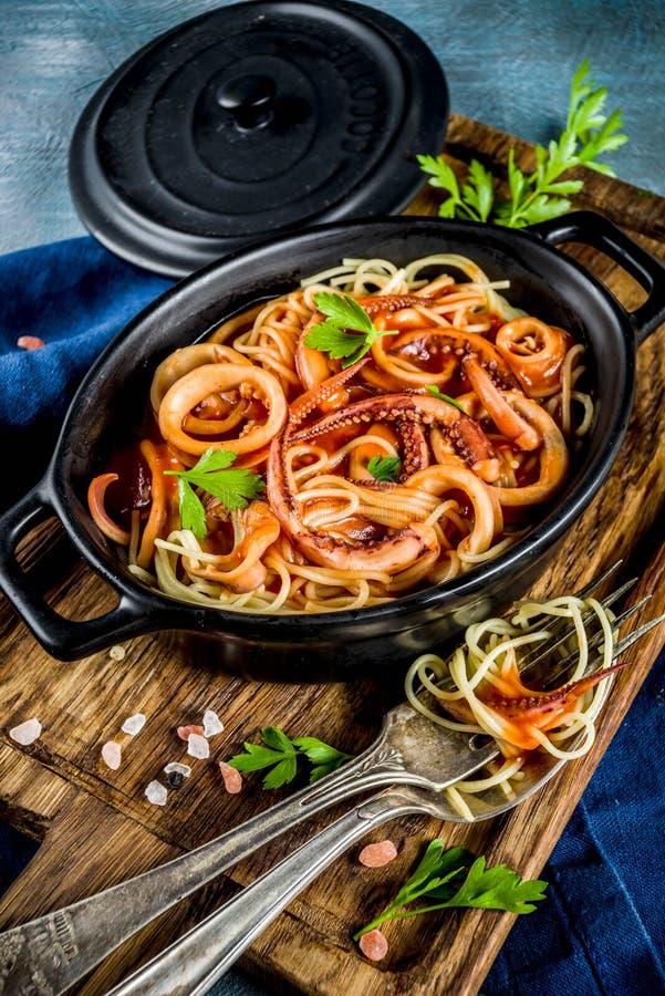 CalamariFra Diavolo pasta arkivbilder