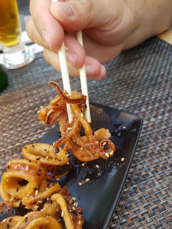 Calamariplatta på en sushirestaurang arkivfoton
