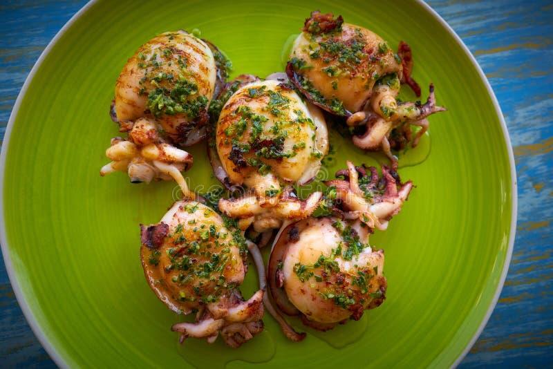 Calamaro arrostito della seppia con la salsa del prezzemolo fotografia stock
