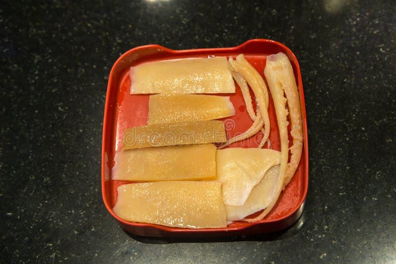 Calamaro, carne, medusa sul cucchiaio imbiancato e verdura in vaso di sukiyaki bollito e vapore, immagini stock libere da diritti