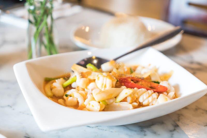 Calamaro fritto scalpore con l'uovo salato fotografia stock