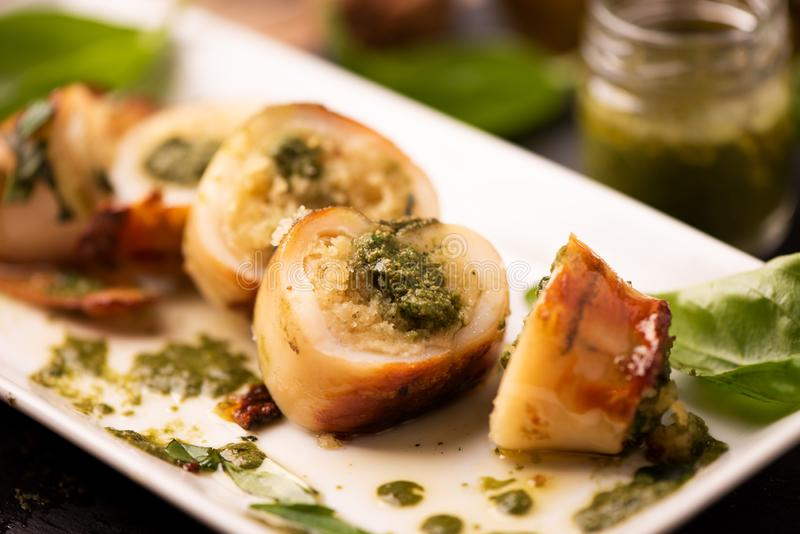 Calamaro grigliato farcito con la salsa di pesto del basilico immagini stock libere da diritti