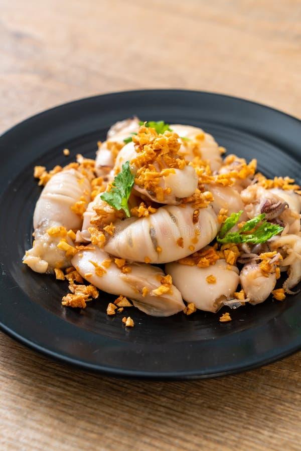 calamaro o polipo fritto con aglio fotografia stock