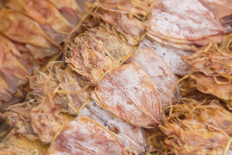 Calamaro secco al mercato dei frutti di mare. fotografia stock