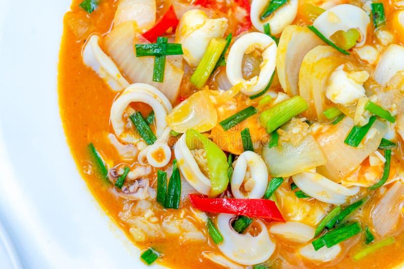 Calamaro soffritto con il khem sexy salato di khai del meuk di bplaa di Duck Eggs, un alimento tailandese tradizionale fotografia stock libera da diritti