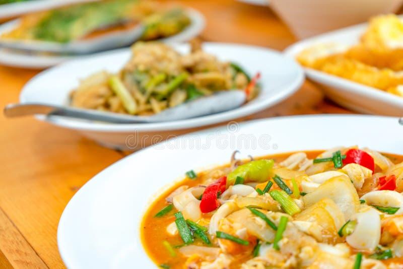 Calamaro soffritto con il khem sexy salato di khai del meuk di bplaa di Duck Eggs, un alimento tailandese tradizionale fotografia stock