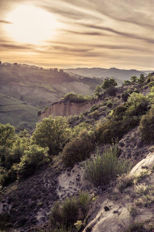 Calanchi al tramonto, terra arida, tramonto sui calanchi fotografia stock