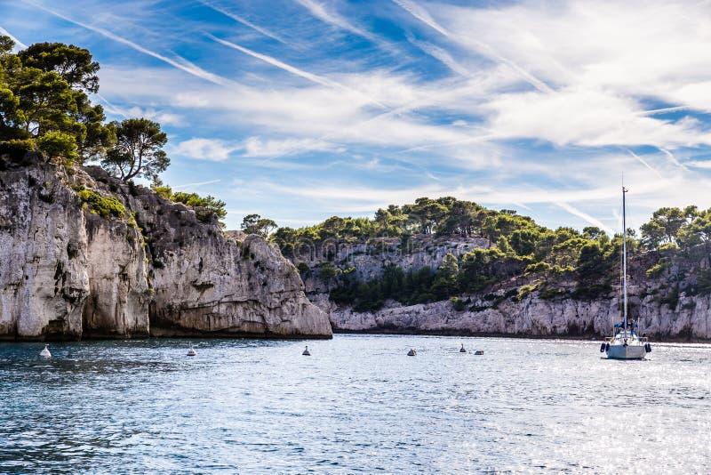 Calanque - skyddad öppning nära svartvinbärsläsken, Frankrike royaltyfria bilder