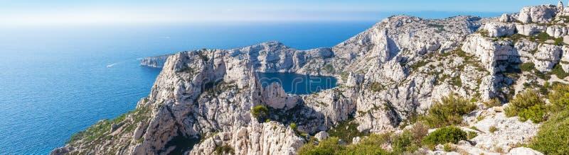 Calanques nära Marseille och svartvinbärsläsk i Frankrike arkivbilder