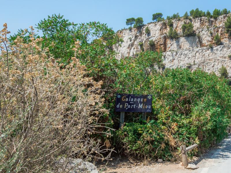 Calanques nära svartvinbärsläsk i en sommardag royaltyfri bild