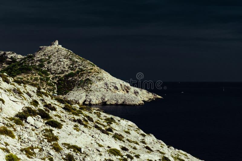Calanques rocheux aride De Marseille photographie stock libre de droits