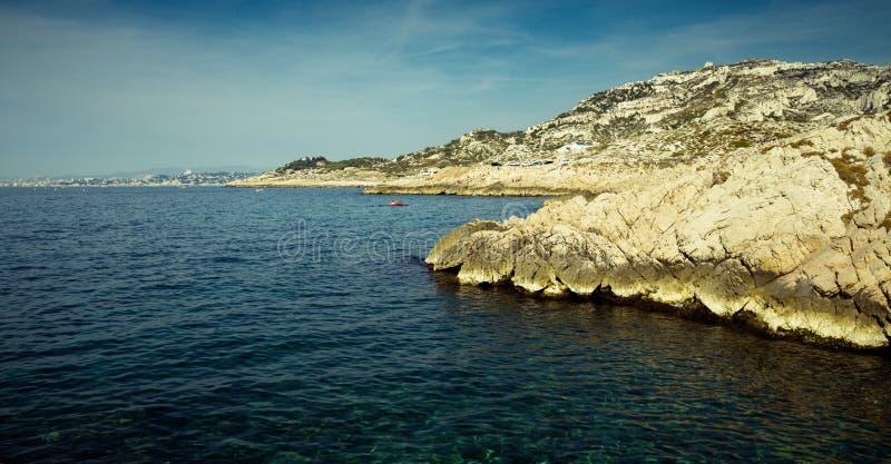 Calanques rocheux aride De Marseille image stock