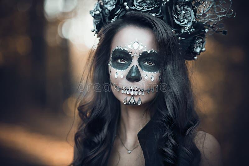 Calavera卡特里娜特写镜头画象黑礼服的 糖头骨构成 de dia los muertos 停止的日 万圣节 库存照片