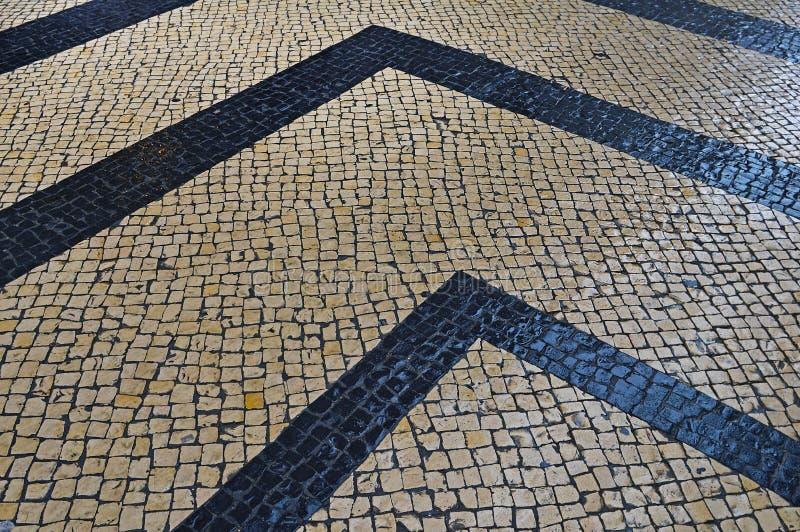 Calcade de pedra português tradicional do mosaico em Lisboa imagem de stock royalty free