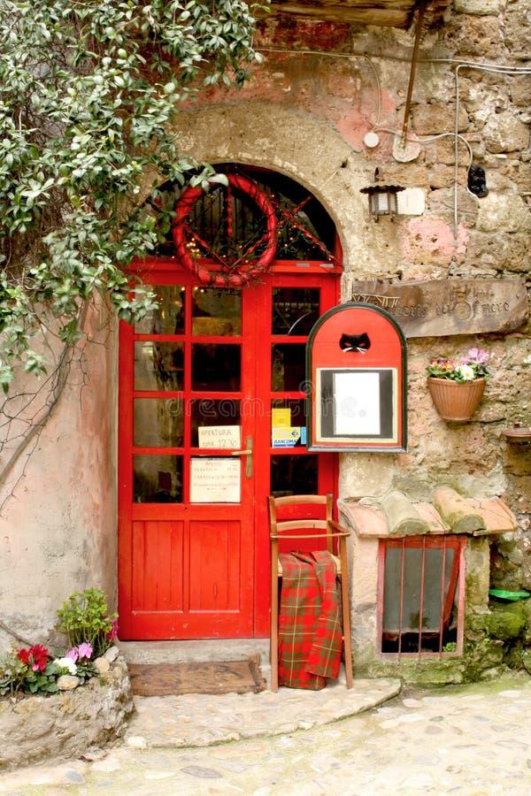 Calcata, Italië - Februari 28, 2010: Zwarte Cat Tavern-ingang i stock foto