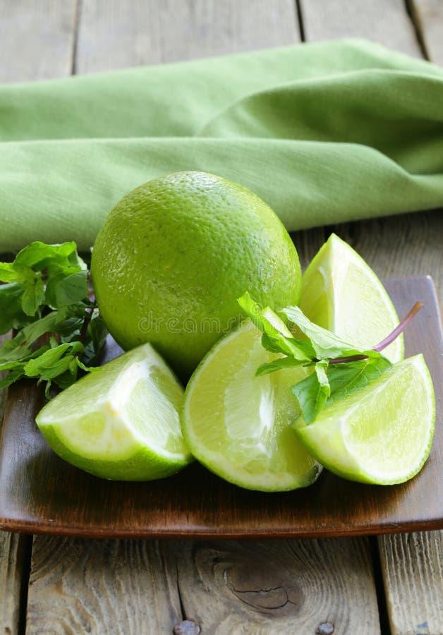 Calce fresche con la menta verde fotografia stock libera da diritti