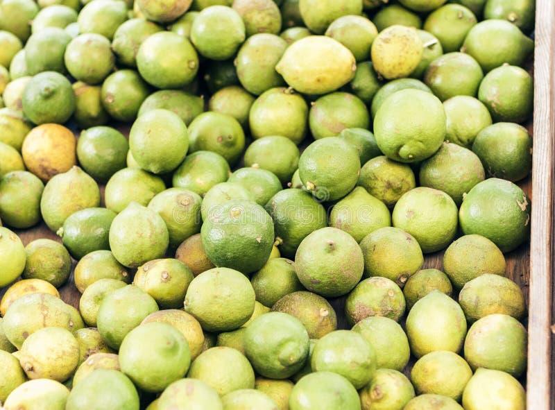 Calce mature verdi nel mercato di frutta di Catania, Sicilia, Italia fotografia stock libera da diritti