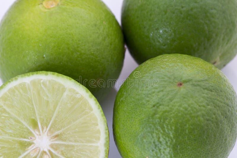 Calce verde fresca con il tutto e la metà con la fetta isolata su fondo bianco immagine stock libera da diritti